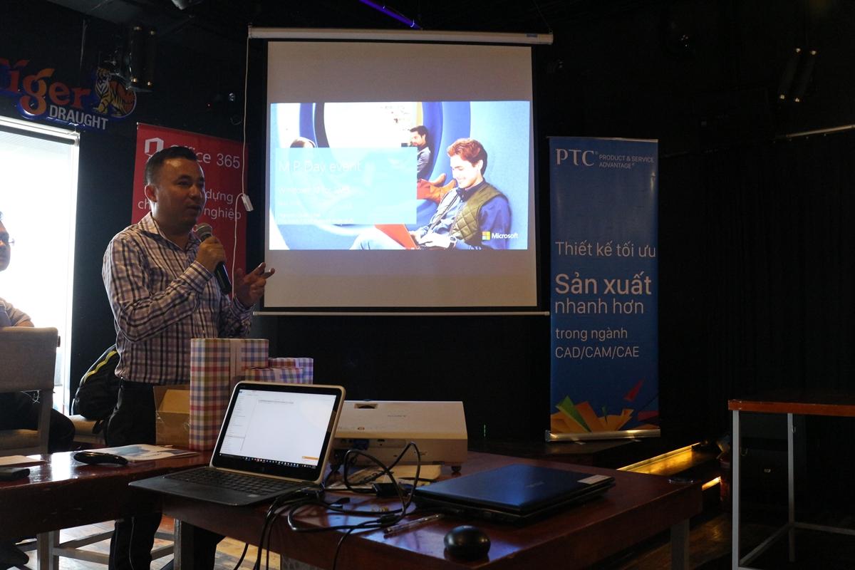 Ông Nguyễn Quốc Thái, nhóm CCG của Microsoft trình bày Windows 10 với các cải tiến và lợi ích mới.